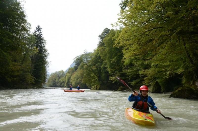 Hunderte Kajaks paddeln gegen neues Kraftwerk an der Saalach